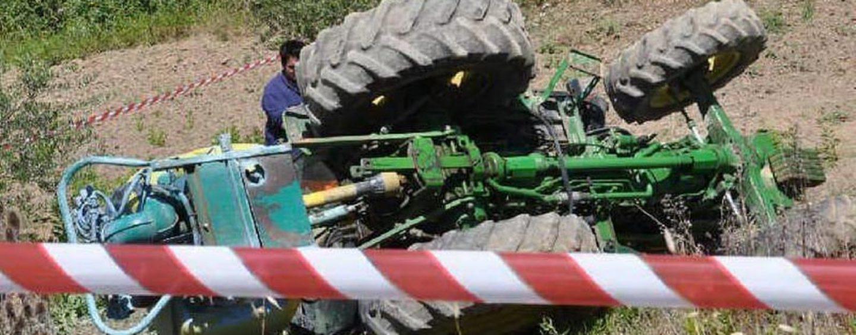 I campi mietono un'altra vittima: 73enne si ribalta e viene schiacciato dal trattore