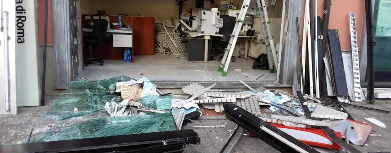 FOTO / Assalto alla filiale Unicredit: banditi sradicano bancomat con un camion