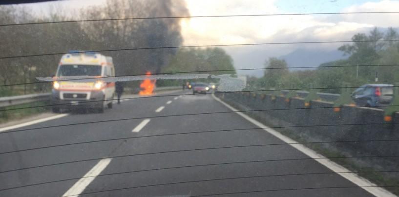 Atripalda, auto in fiamme in una piazzola di sosta del Raccordo
