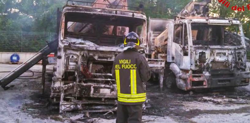 Attentato contro un'impresa, incendio brucia due camion ed un escavatore