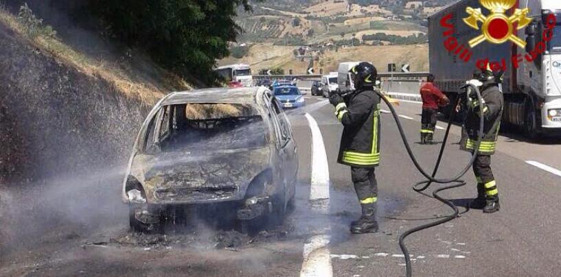 Auto in fiamme sull'A16, salvata una famiglia in viaggio per le vacanze