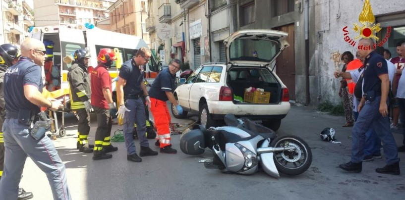 Avellino, sbanda con lo scooter e resta incastrato sotto auto