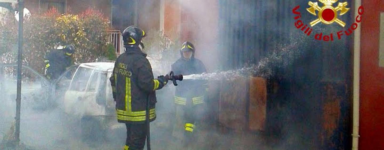 Auto in fiamme, l'intervento dei Vigili del Fuoco
