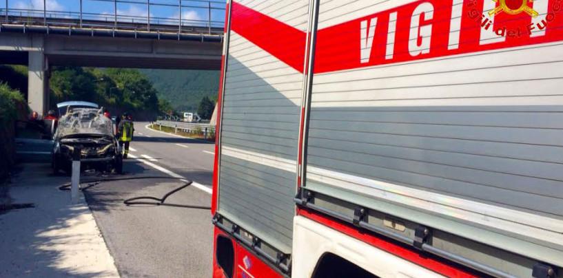 Auto in fiamme sull'A16, salvate tre ragazze in viaggio per le vacanze in Puglia