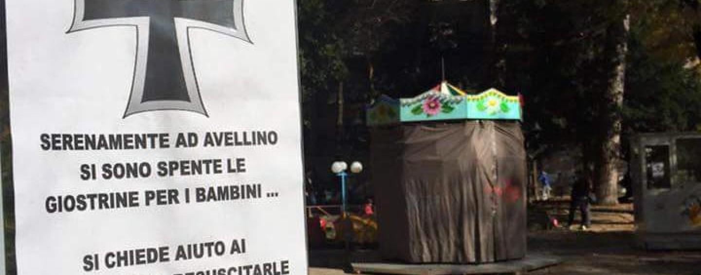 Avellino, manifesti funebri contro l'incuria delle giostrine nella Villa Comunale
